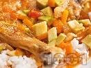 Рецепта Задушено пилешко месо с авокадо и домати и гарнитура от ориз